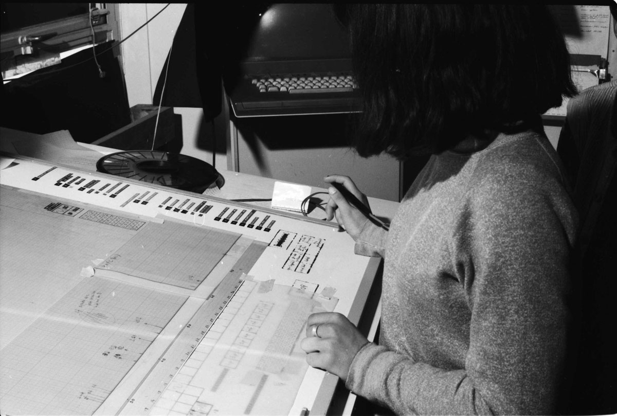 Drawing with the UPIC during an event at the Centre d'Etudes de Mathématique et Automatique Musicales (CEMAMu), 1980.