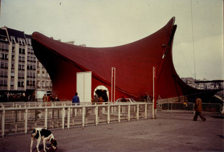 A vintage photo that depicts the structure of the Diatope installed on the square directly opposite to the Georges Pompidou National Center of Art and Culture. Paris, 1977.