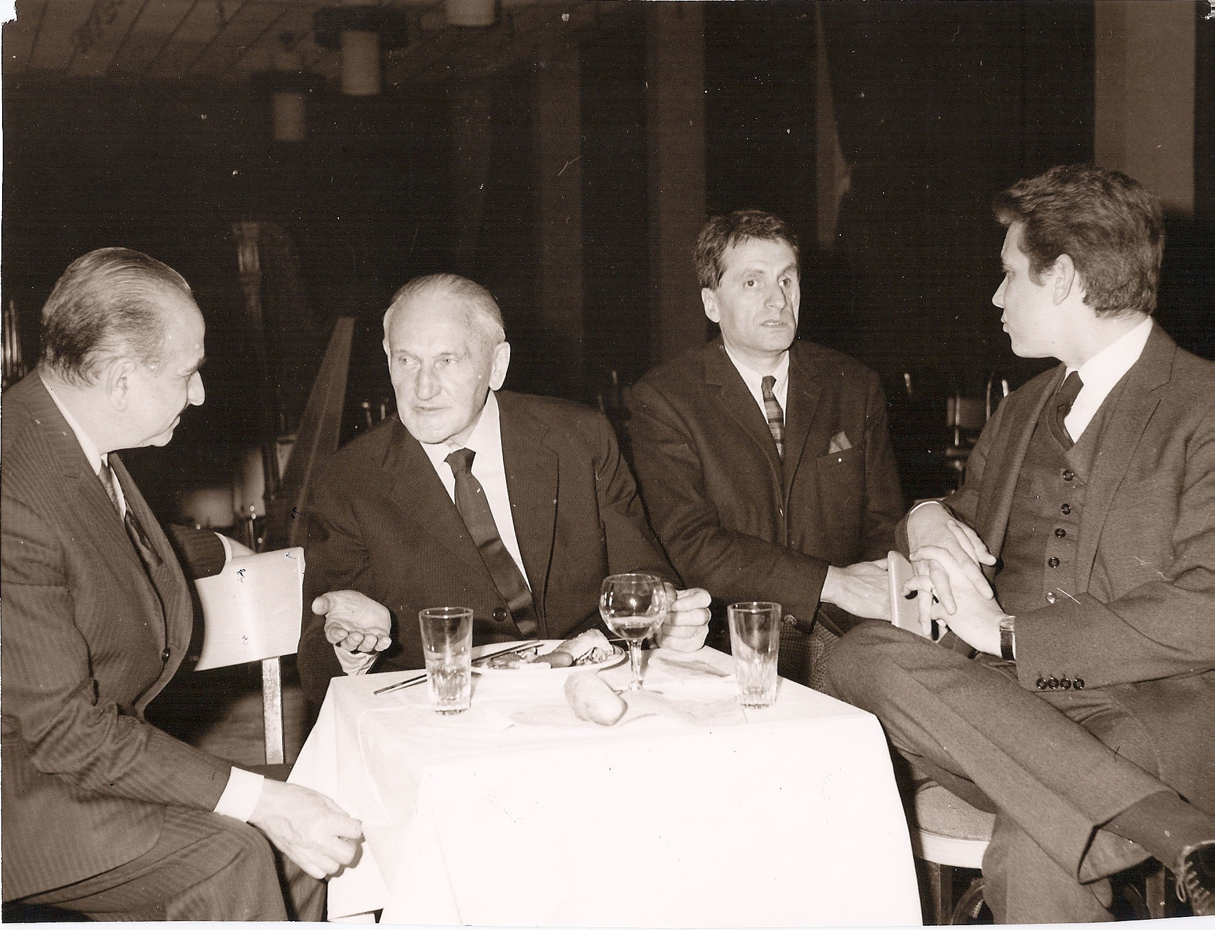 This picture taken on the occasion of the Royan Festival depicts, from left to right, the conductor Charles Bruck, Hermann Scherchen, Iannis Xenakis and publisher Mario Bois. 1955, ca.